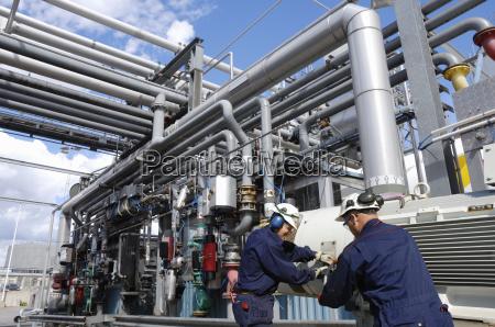 arbeitnehmer bei der kraftstoffstation innerhalb refineryf