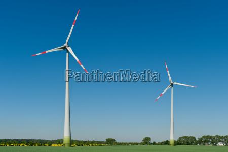 windkraftraeder in einem feld
