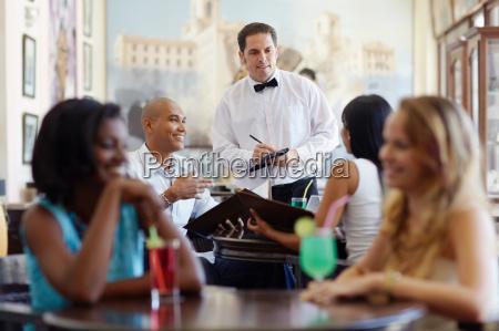 menschen bestellung mahlzeit kellner im restaurant