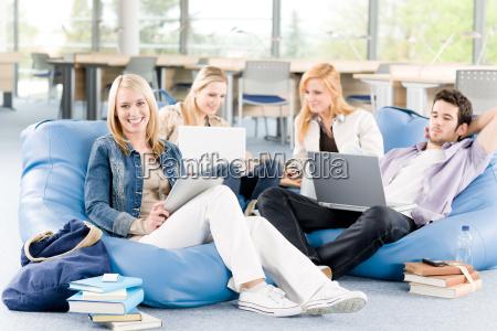 gruppe von jungen studenten an der