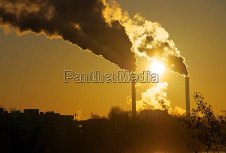 sonnenaufgang mit umweltverschmutzung