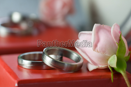 wedding rings with a rose