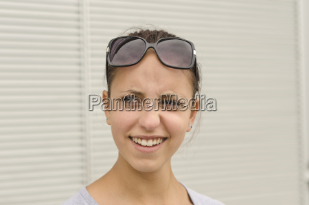 skeptische junge frau mit sonnenbrille