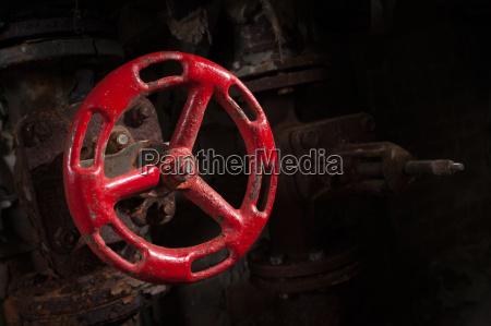 altes ventil in einem verlassenen kraftwerk