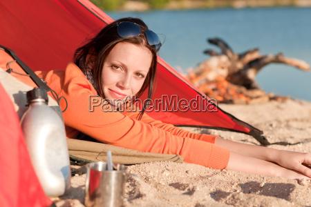 camping glueckliche frau im zelt durch