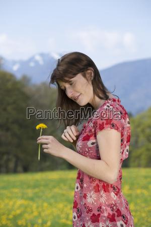 junge frau auf fruehlingswiese