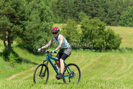 sport berg maedchen radfahren bergauf sonnige