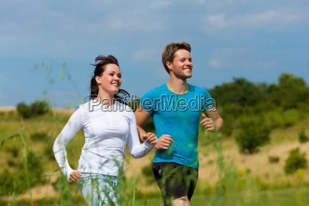 junges sportliches paar joggt im freien