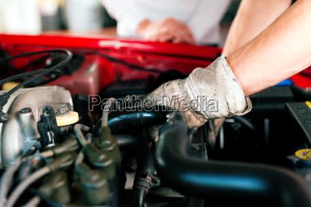 automechaniker in auto werkstatt
