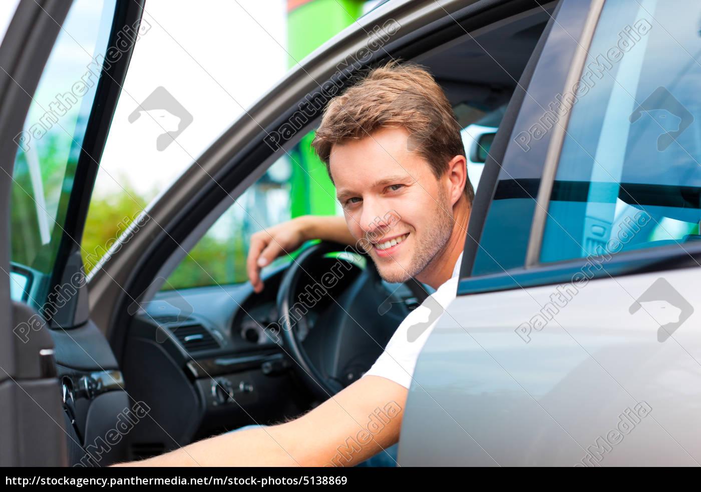 mann, in, auto, an, der, tankstelle - 5138869
