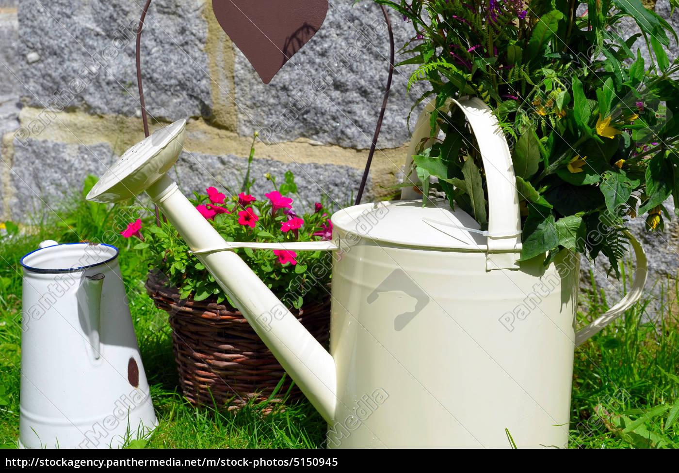 Garten Dekoration Kanne Blumen Lizenzfreies Bild 5150945