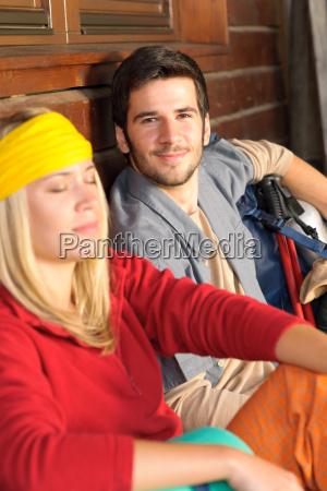 tramping junges paar rucksack entspannen ferienhaus