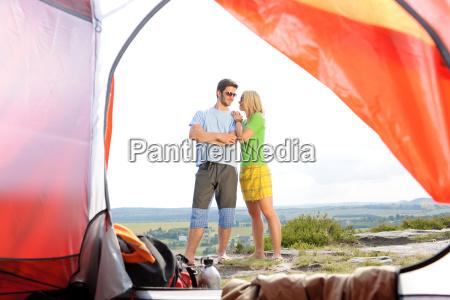 camping junges paar ausserhalb zelt panoramablick