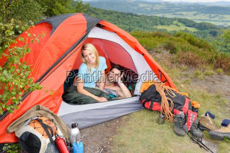 camping junges paar sonnenuntergangszelt kletterausruestung