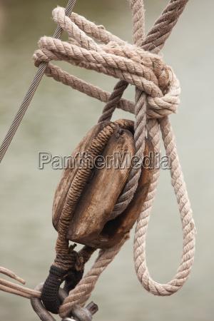 alte holzrolle an einem segelboot
