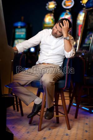 mann spielen an spielautomaten