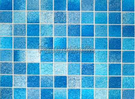 blaue fliesen im badezimmer