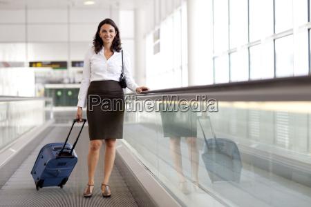 geschaeftsfrau am flughafen