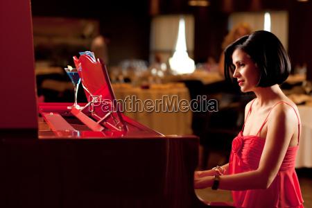dame spiller klaveret