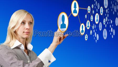 geschaeftsfrau arbeitet mit futuristischen netzwerk