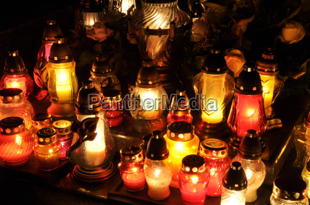 kerzenflammen illuminatingduring die nacht der heiligen
