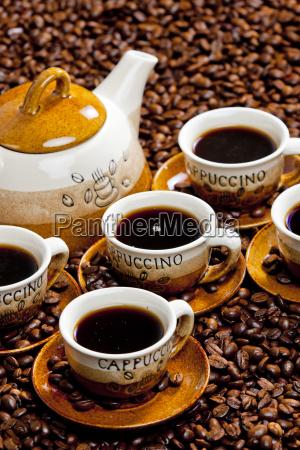 stillleben von kaffeetassen und kaffeekanne