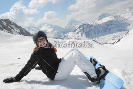 lachende junge frau mit snowboard im