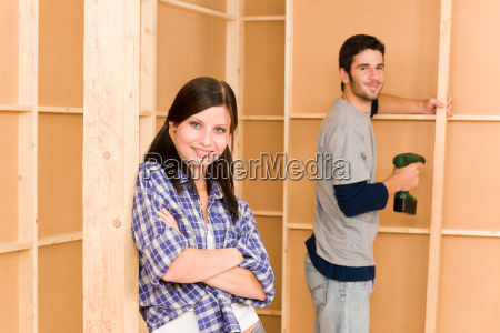 home improvement junges paar befestigungswand