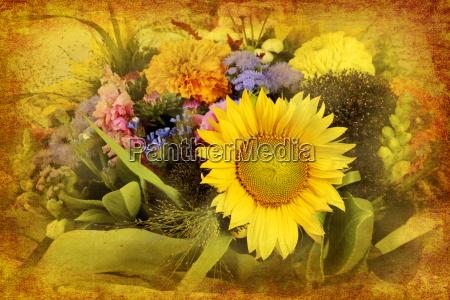 arrangement gemischter gartenblumen im retrostyle