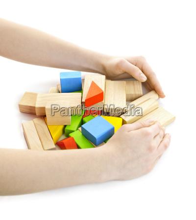 haende mit holzblock spielzeug