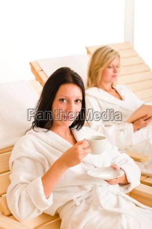 beauty spa entspannen zwei frauen auf