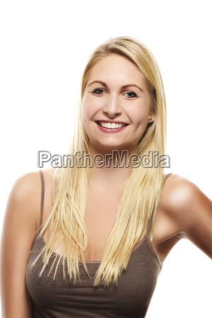 portrait einer schoenen gluecklichen blonden frau
