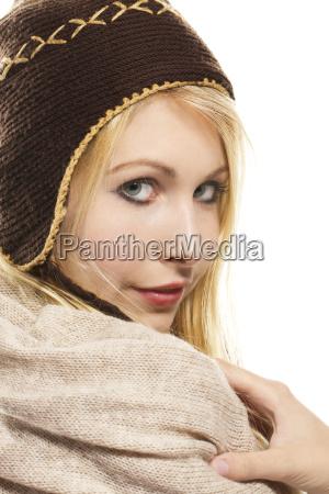 suesse blonde frau in winterbekleidung