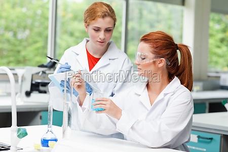 wissenschaft studenten ueber ihr experiment im
