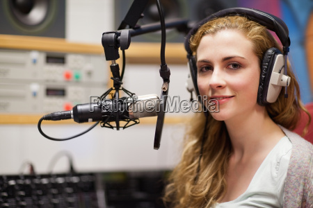junge frau mit einem mikrofon aufwirft