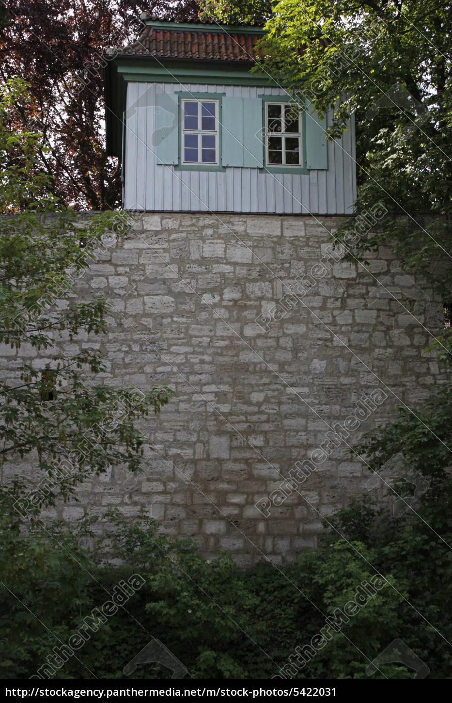 gartenhäuschen auf dem wehrgang in mühlhausen - lizenzfreies bild