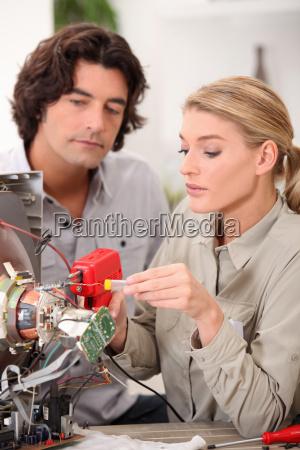 frau repariert ein fernseh set