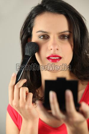 brunette anvender blusher