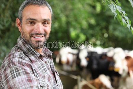 farmer stand von kuh gehaeuse