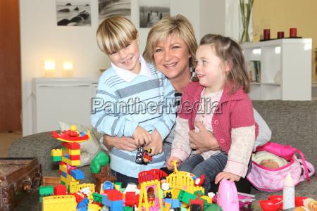 mutter spielt mit kindern