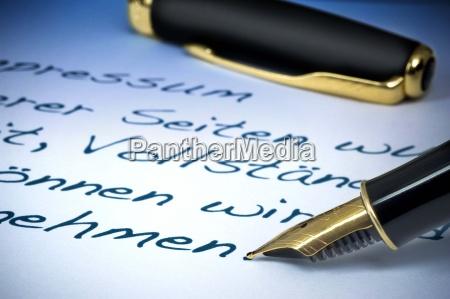 buero schreiben schreibend schreibt buchstabe fuellfederhalter