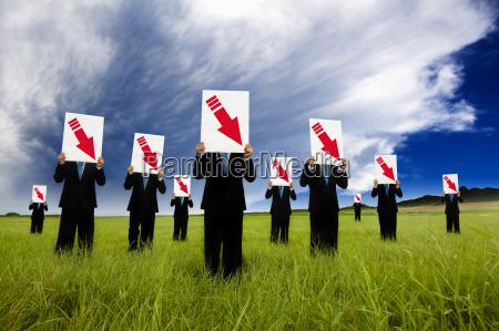 gruppe von geschaeftsmann im schwarzen anzug