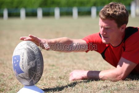 mann bereitet rugby ball fuer kick