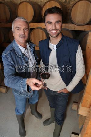 usmiechniety winiarzy w piwnicy