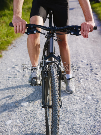 junger mann der auf mountainbike trainiert