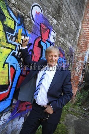 best ager an einer graffitiwand
