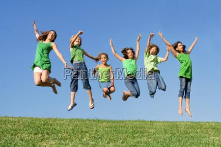 gluecklich gruppe von gemischten rennen kinder