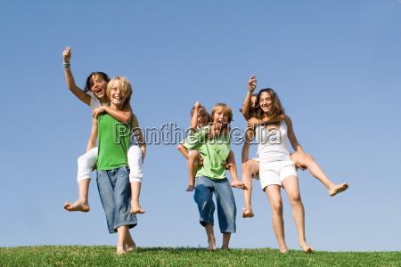 gruppe kinder am sommerlager oder in