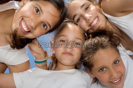 gluecklich laechelnde jugendgruppe der kinder