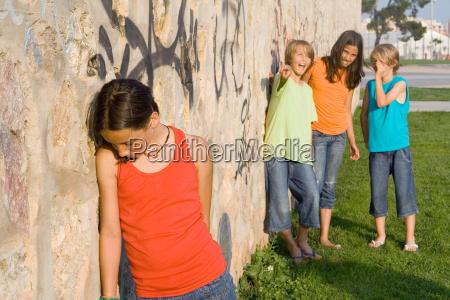 schule bully oder schikaniert traurig einsames